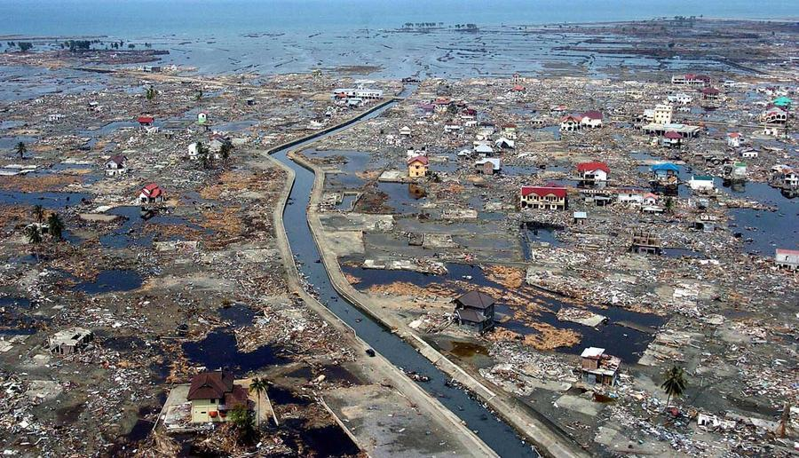 Lo tsunami dell'Indonesia del 2004.