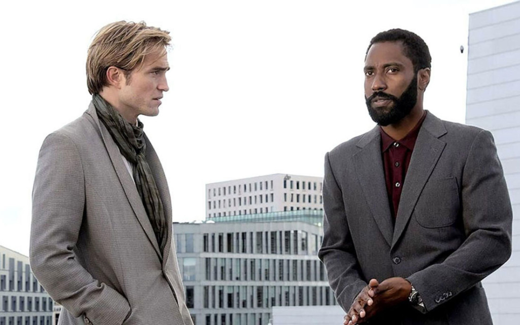 Robert Pattinson e John David Washington in una scena del film